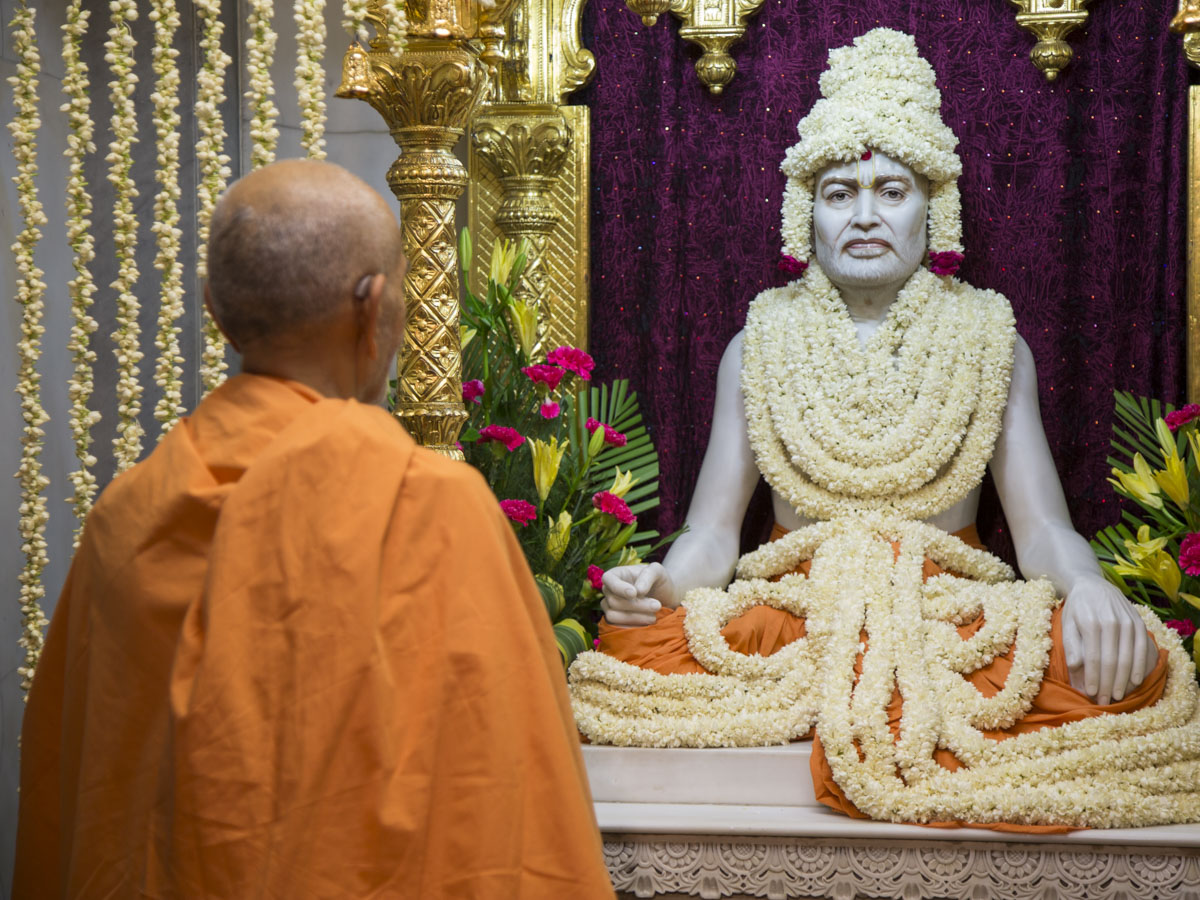 Swamishri engrossed in darshan of Brahmaswarup Shastriji Maharaj, 13 Jun 2017