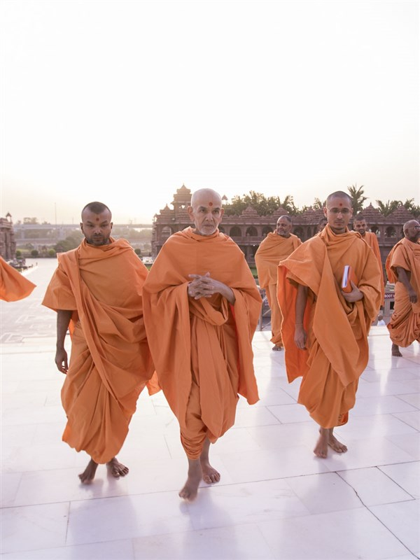 Swamishri arrives at Akshardham Mandir for darshan, 14 Jun 2017