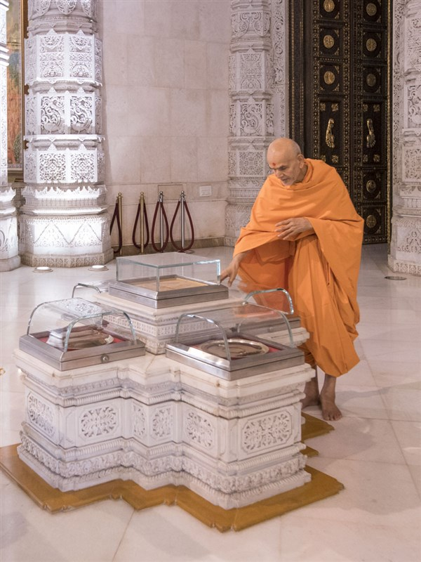 Swamishri doing darshan of holy relics of Bhagwan Swaminarayan, 14 Jun 2017