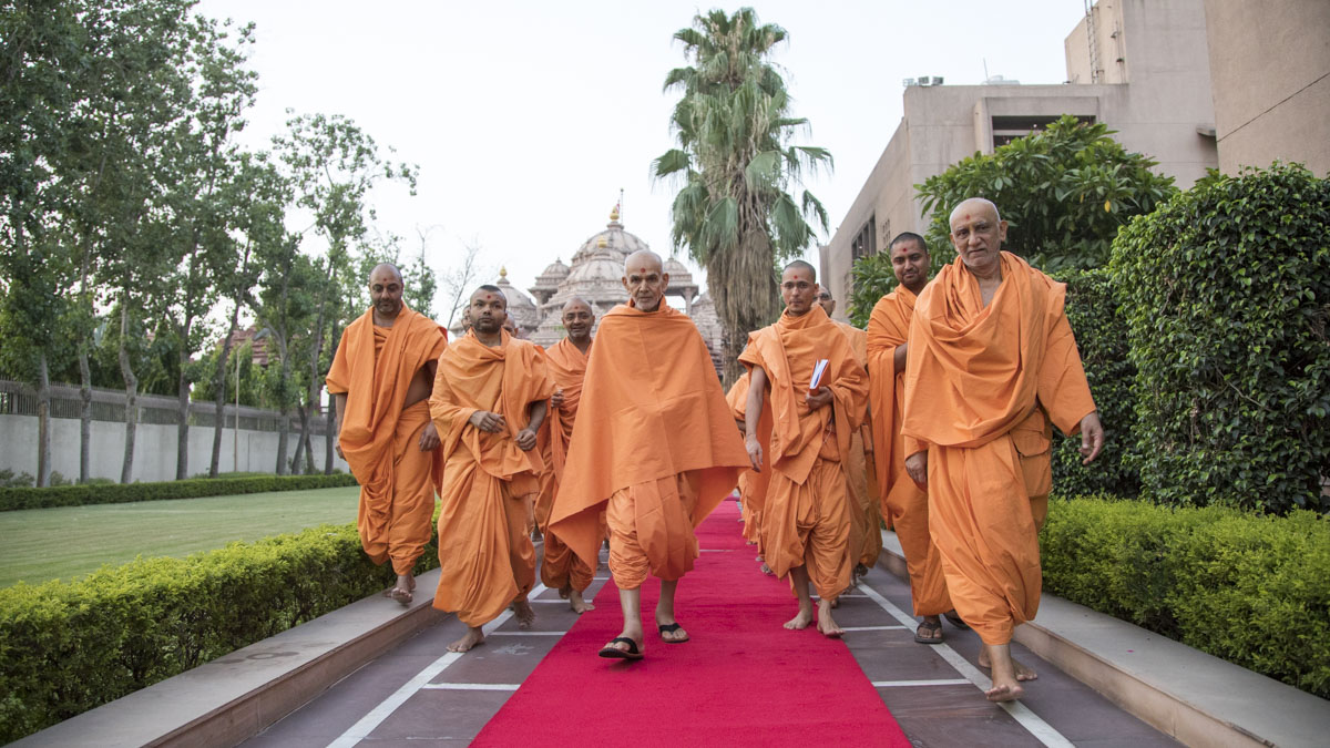 Swamishri on his way for Thakorji's darshan, 14 Jun 2017