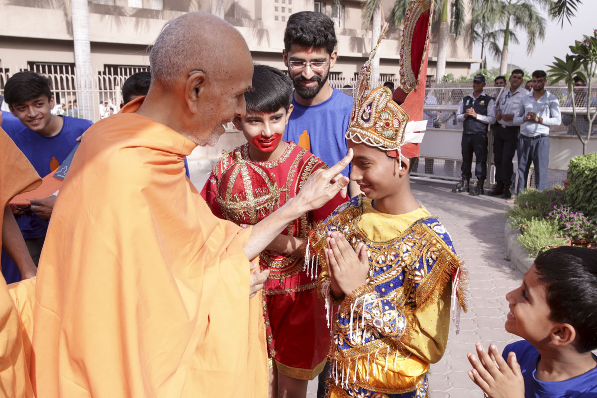 Swamishri blesses children, 14 Jun 2017