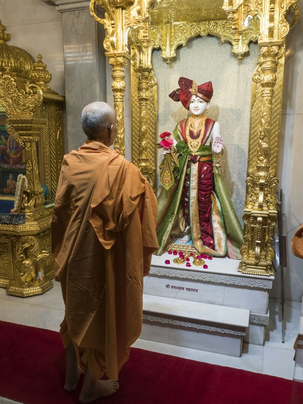 Swamishri engrossed in darshan of Thakorji, 15 Jun 2017