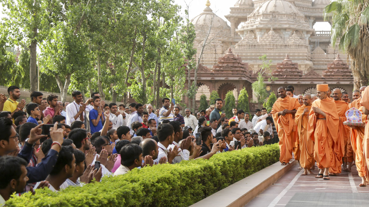 Devotees doing darshan of Swamishri, 15 Jun 2017