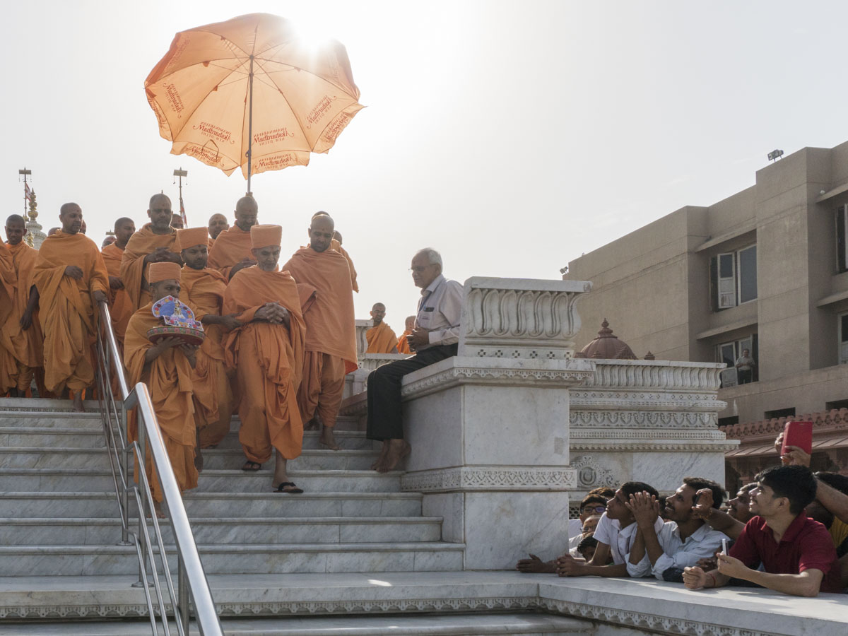 Swamishri departs from Delhi, 15 Jun 2017