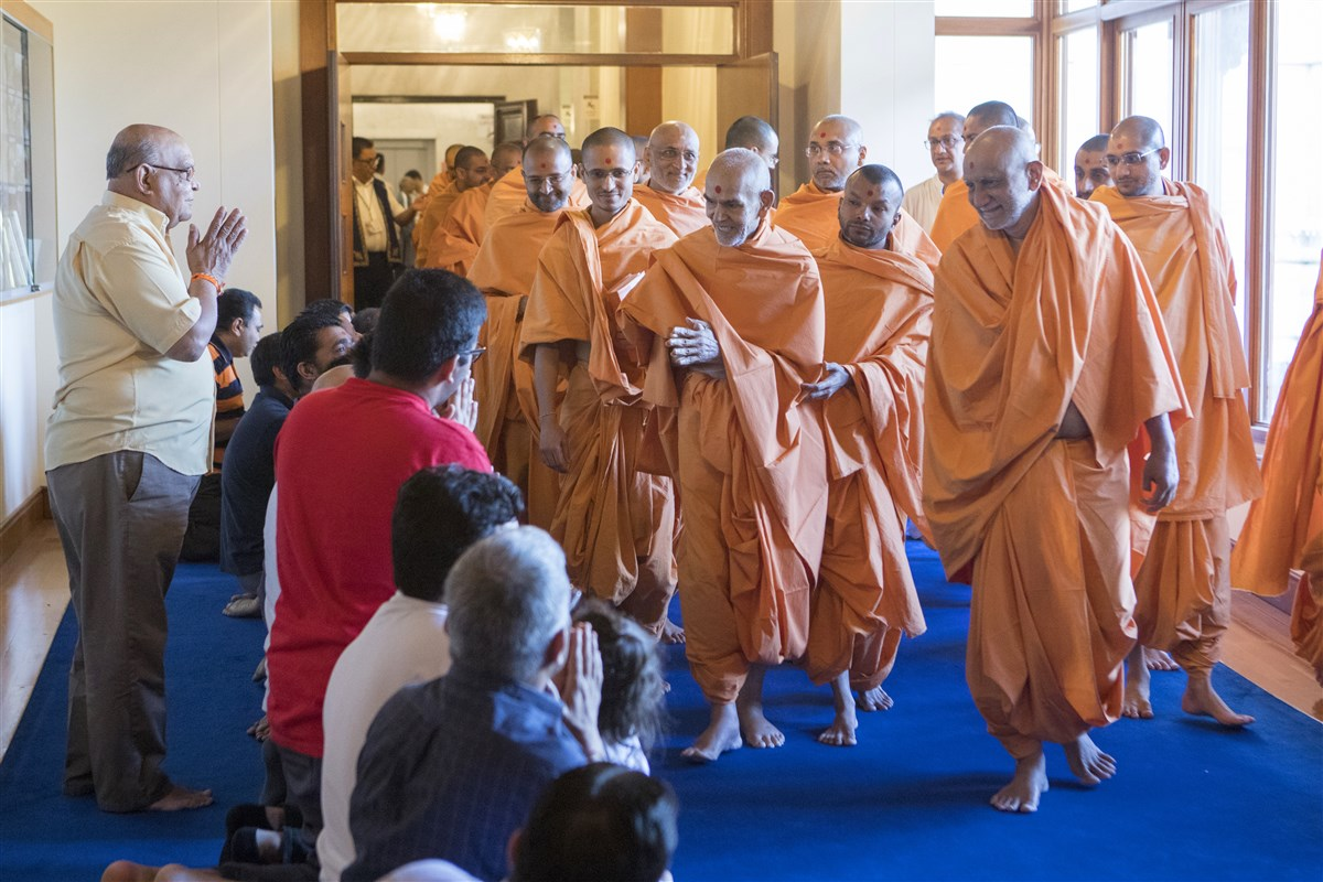 Swamishri greets devotees in the morning