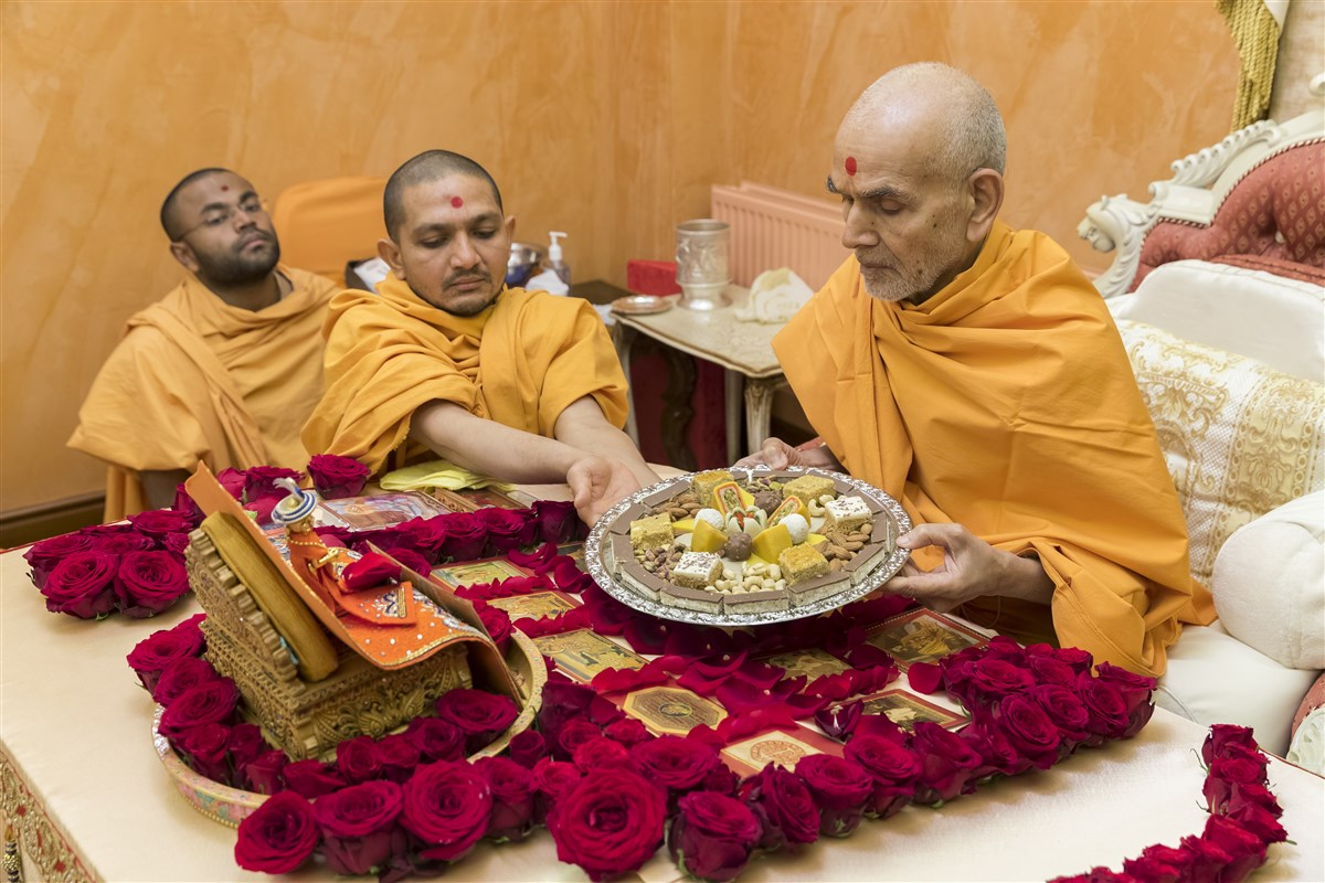 Swamishri offers thal in his puja
