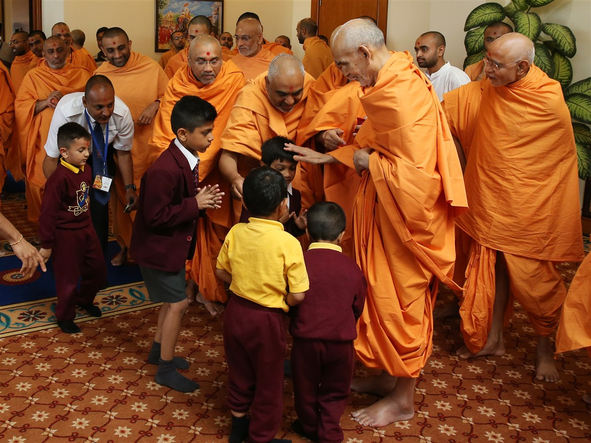 Swamishri blesses young pupils of The Swaminarayan School