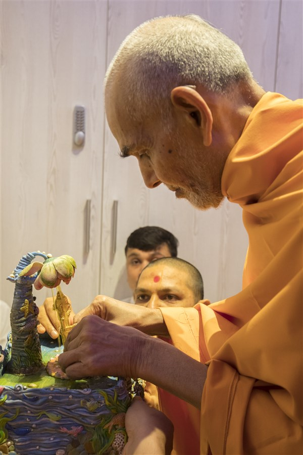 Param Pujya Mahant Swami Maharaj bathes Harikrishna Maharaj in the morning