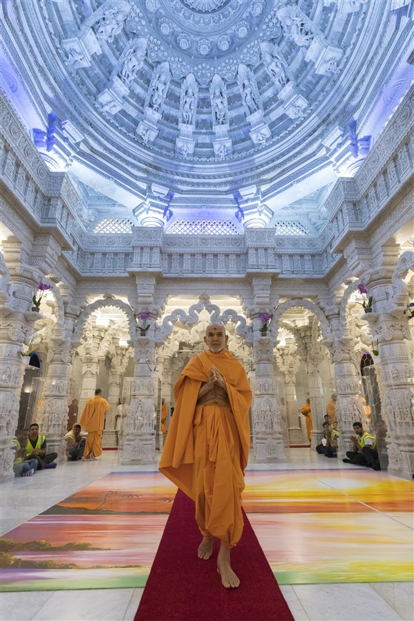Swamishri arrives in the upper sanctum of the mandir
