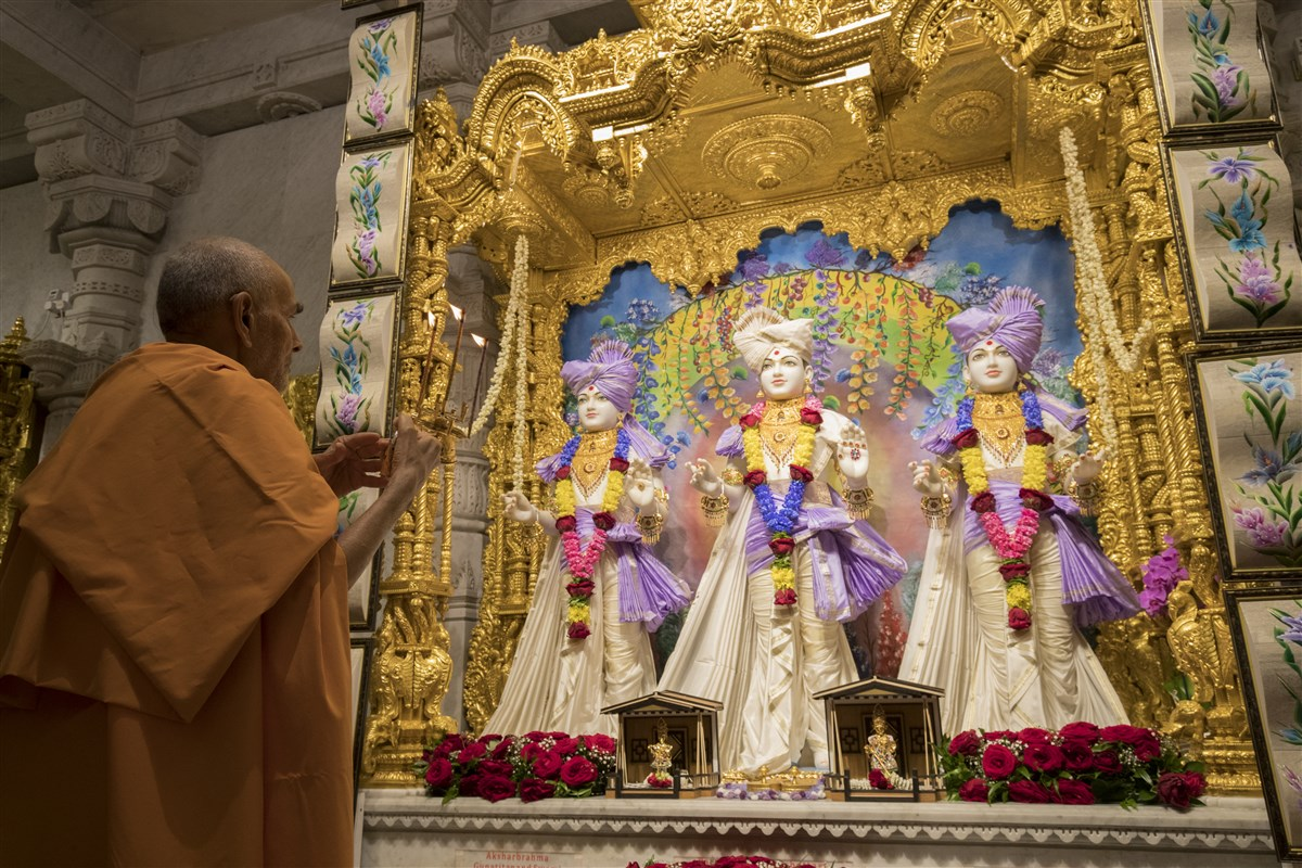 Swamishri performs the arti of Thakorji