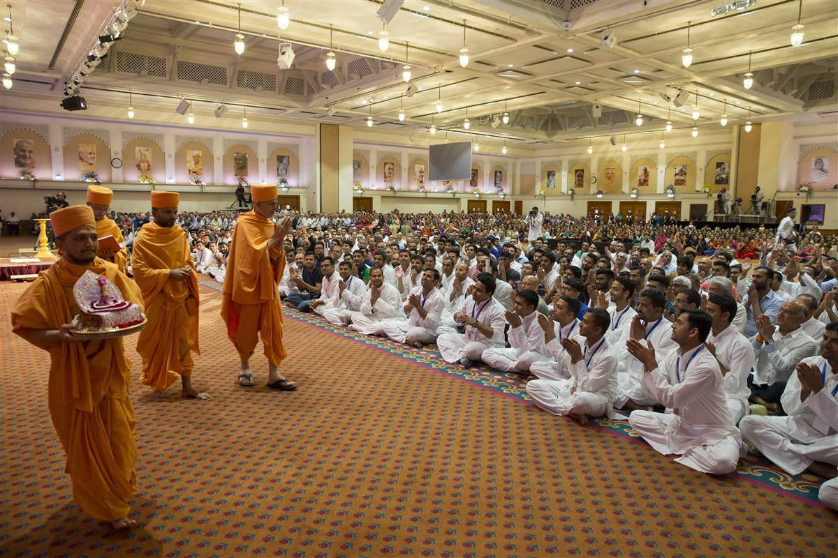 Swamishri takes leave from the UK & Europe devotees, who eagerly await his return in 94 days