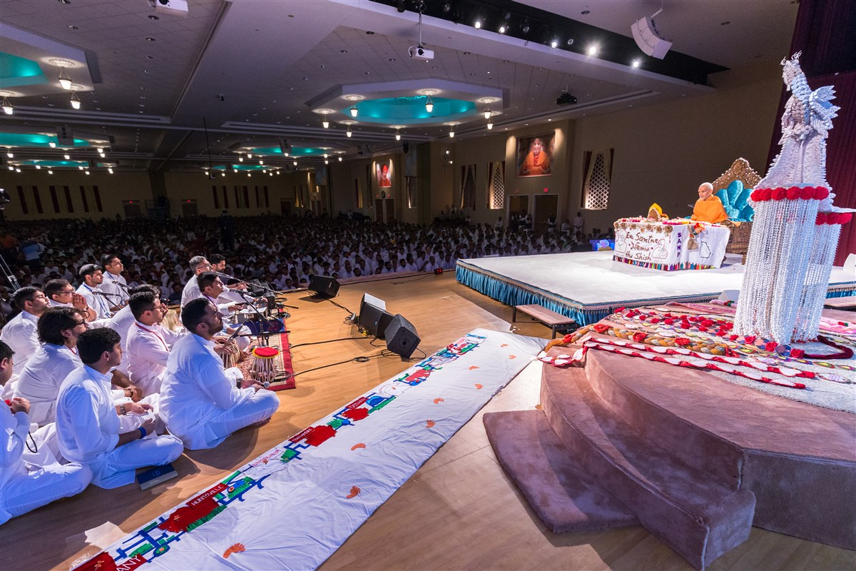 Youths sing bhajans during Swamishri's puja