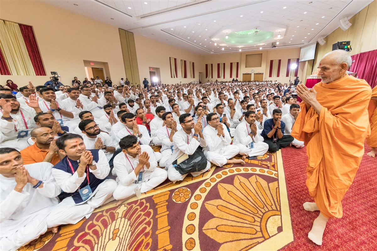 Swamishri bids farewell to youths with folded hands
