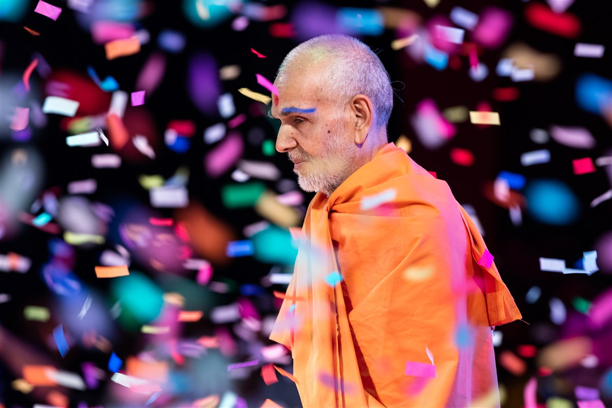 Swamishri showered with confetti