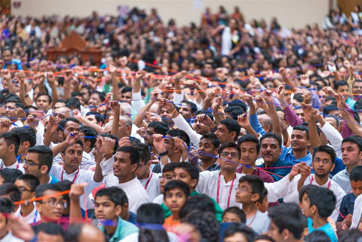 Youths participate in swinging Swamishri