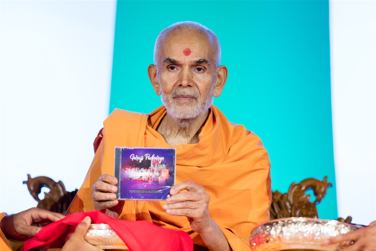 Swamishri releases 'Guruji Padharya', an audio CD featuring devotional songs sung by youths of BAPS