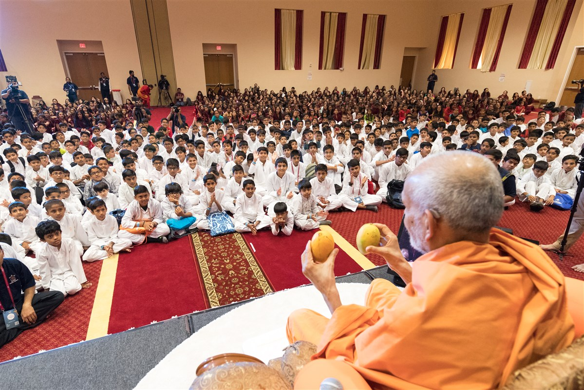 Swamishri gives a message through an analogy of mangoes
