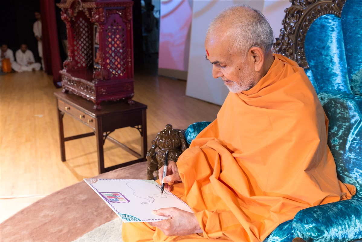 Swamishri delivers a message by depicting the analogy of an elephant and an ant