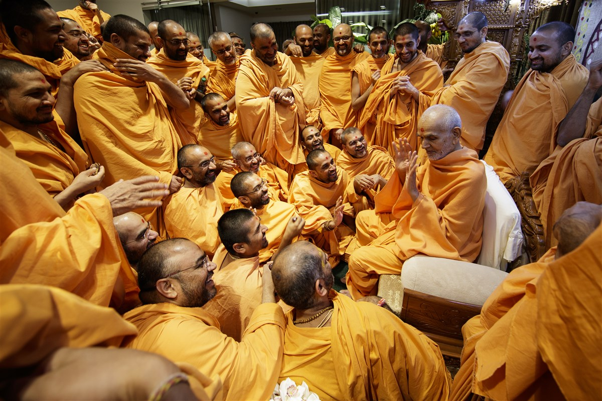 Swamishri interacts with Swamis