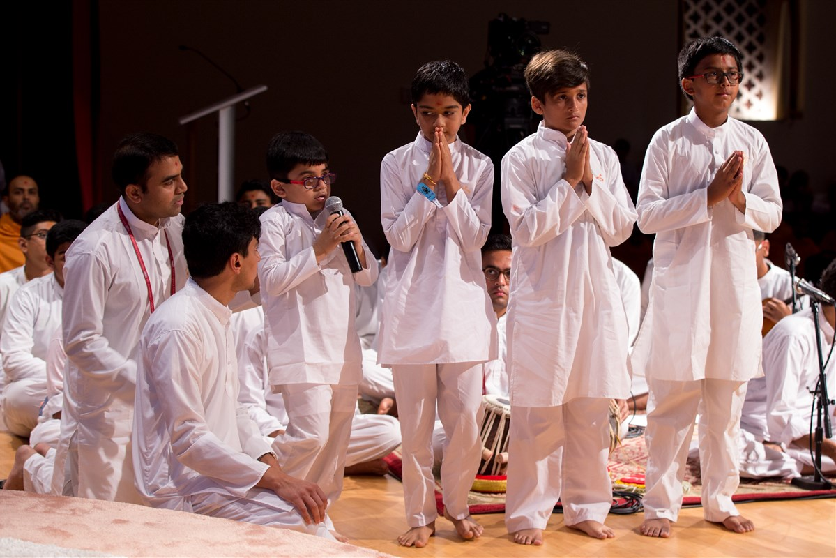 Children recite shlokas before Swamishri