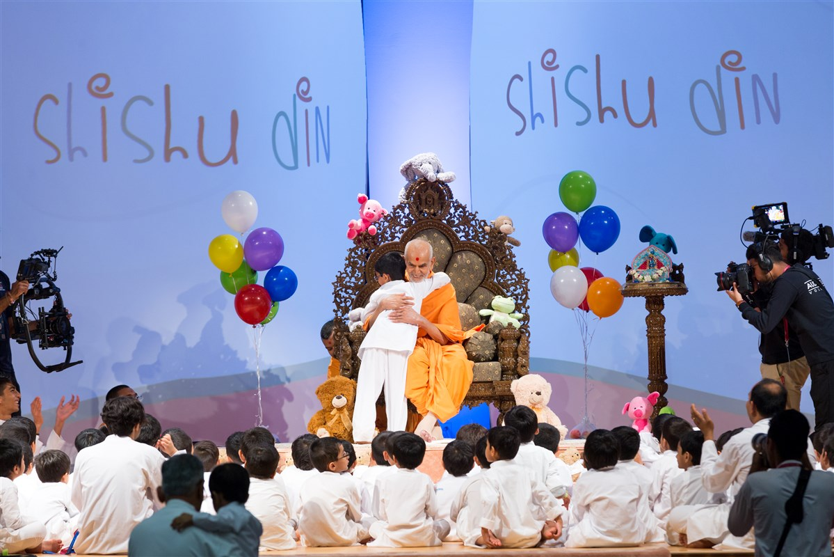 Child hugs Swamishri as a gesture of gratefulness