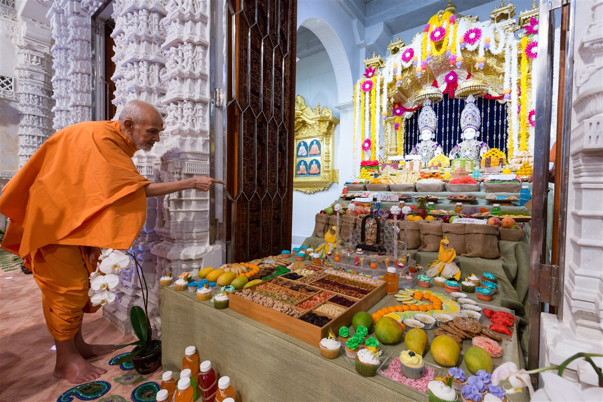 Swamishri does darshan of the annakut