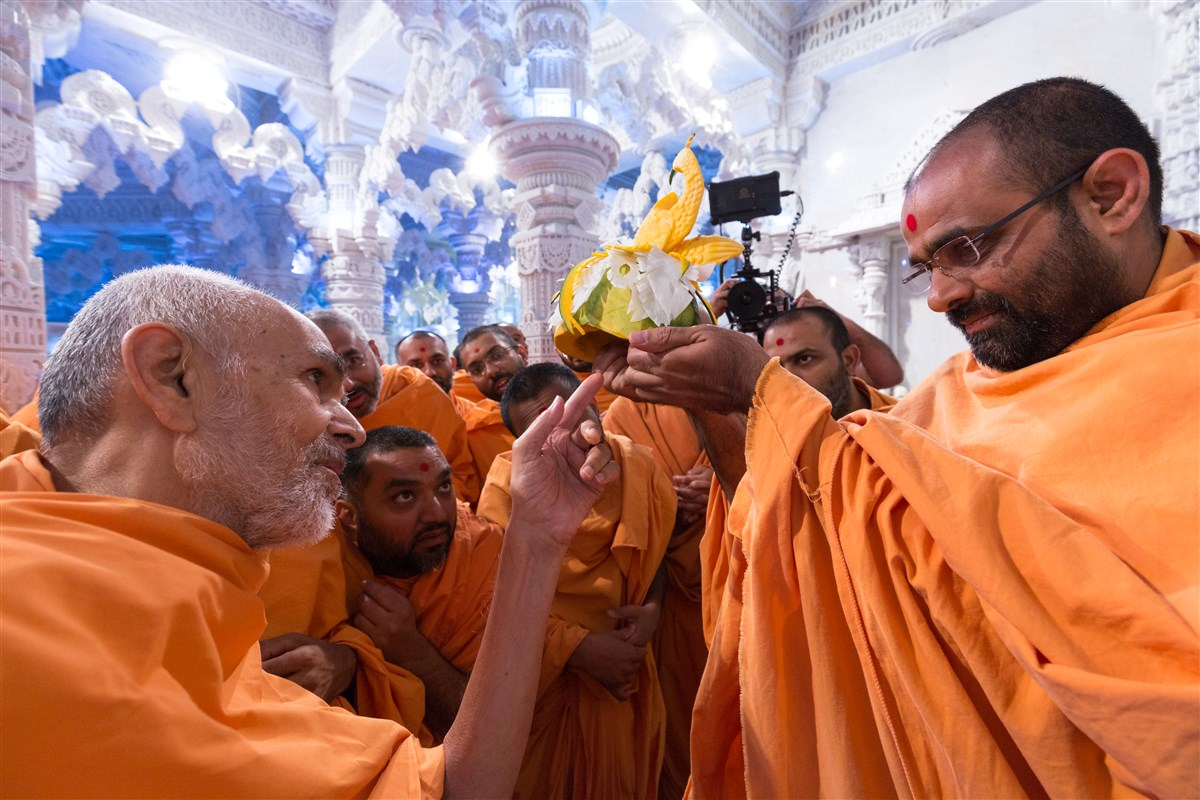 Swamishri appreciates the intricacy of the annakut items