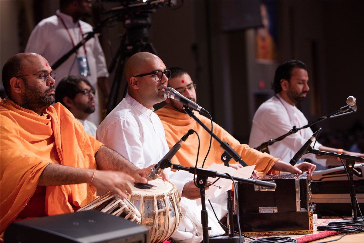 Youths sing kirtans before Swamishri, 2 July 2017