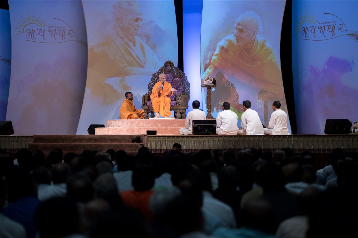 Swamishri addresses the assembly, 2 July 2017