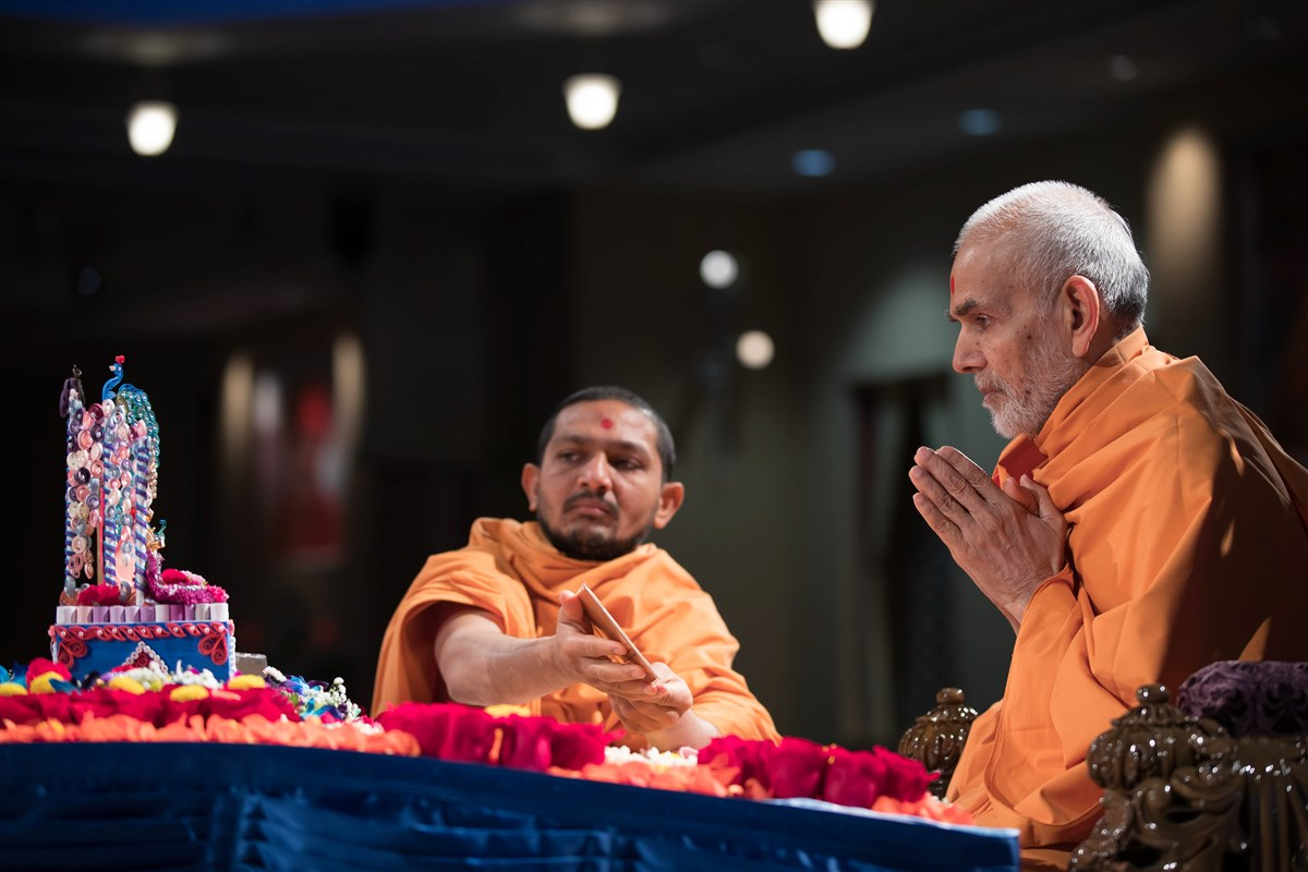 Swamishri engrossed in the darshan of Shri Harikrishna Maharaj, 3 July 2017