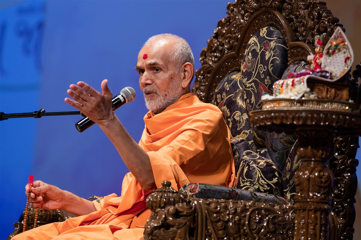Swamishri addresses the assembly, 3 July 2017