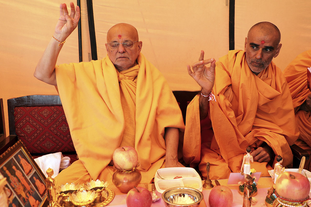 Pujya Ishwarcharan Swami and Anandswarup Swami engrossed in mahapuja rituals