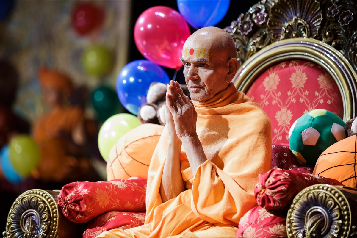 Swamishri folds his hands to devotees