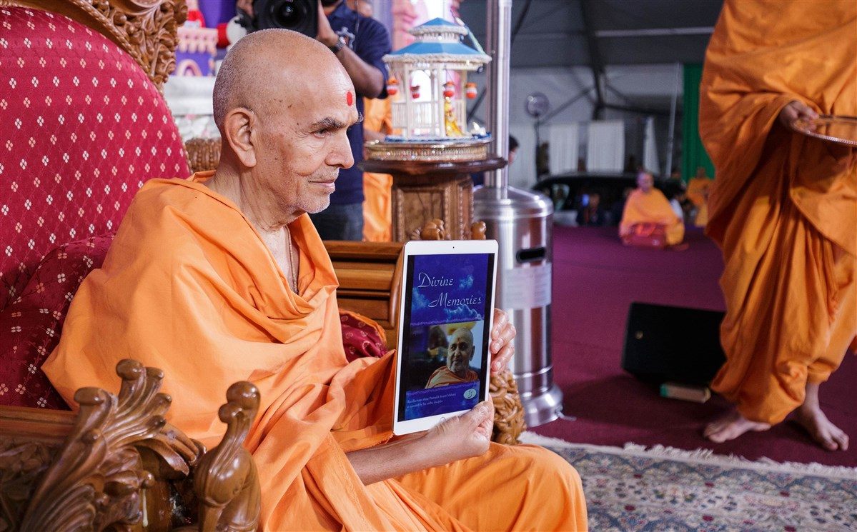 Swamishri launches an e-book version of Divine Memories 3