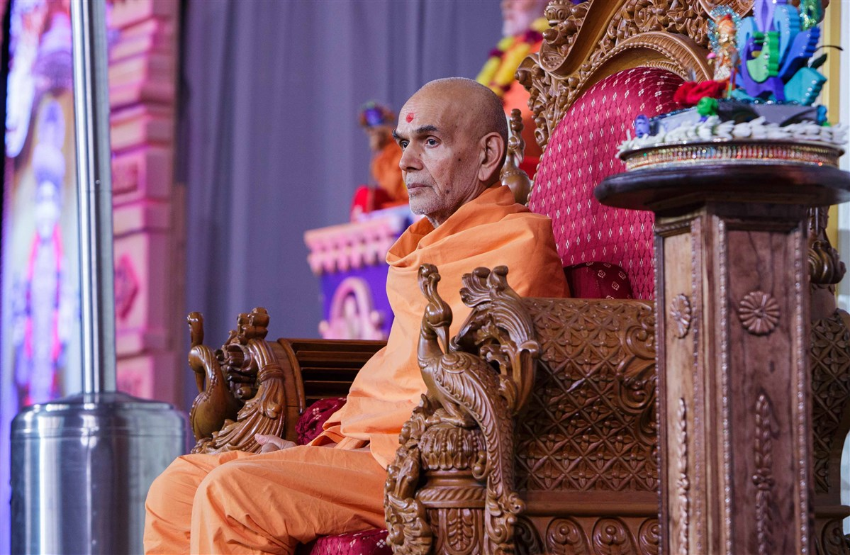 "Swamishri engaged in the <a href=""http://www.baps.org/News/2017/Kishore-Kishori-Din-11727.aspx"" target=""blank"" style=""text-decoration:underline; color:blue;"">Kishore-Kishori Din</a> program"