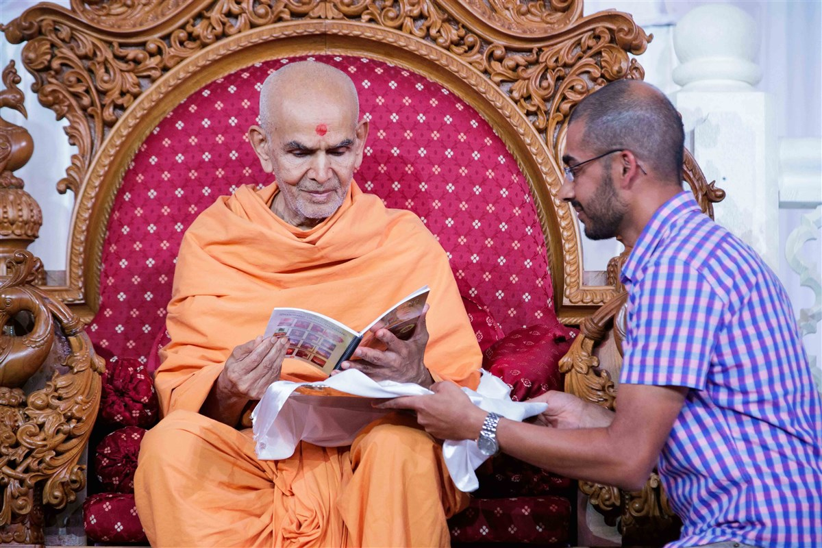 Swamishri inaugurates the Bal Satsang Part 1 in Spanish