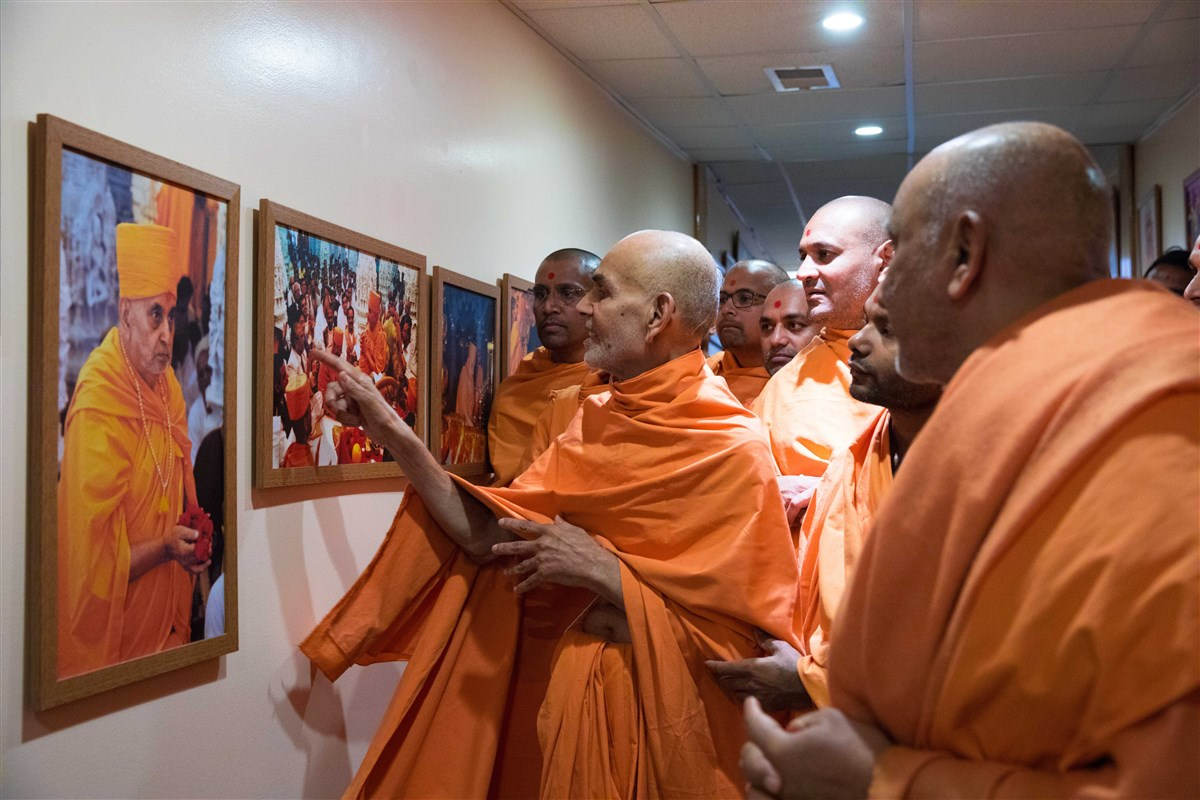 Swamishri views photos of Pramukh Swami Maharaj in Chicago