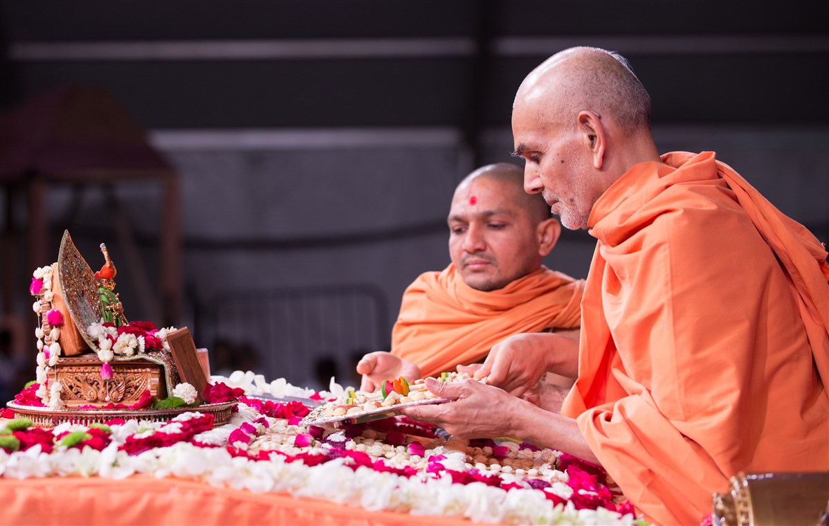 Swamishri offers thal in morning puja