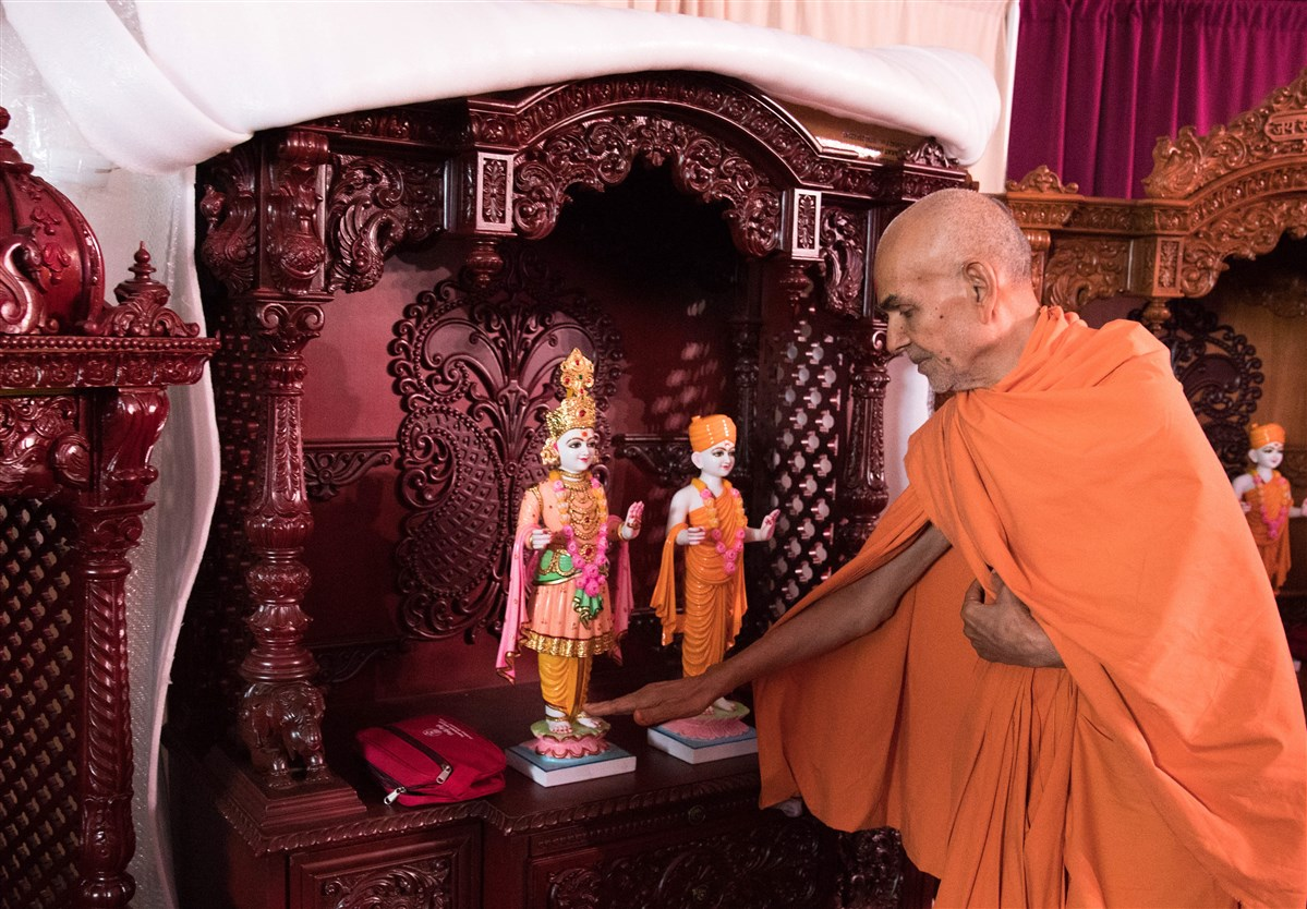 Swamishri sanctifies Ghar Mandirs for devotees