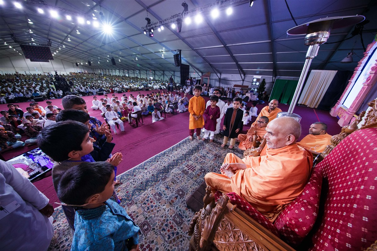 Children interact with Swamishri