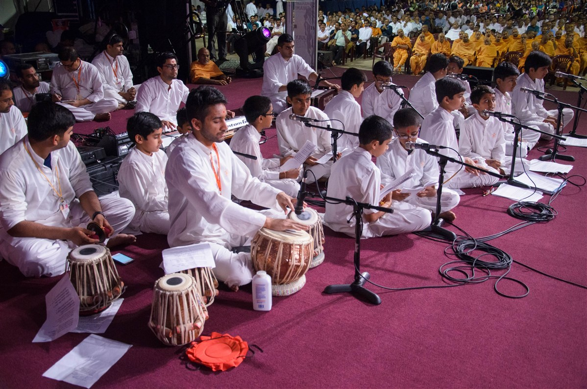 Children sing kirtans before Swamishri