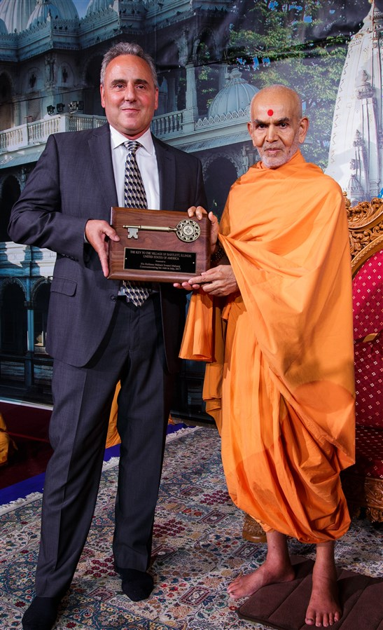 Mayor of Bartlett, IL, Kevin Wallace, presents Swamishri with a 'Key to the City'