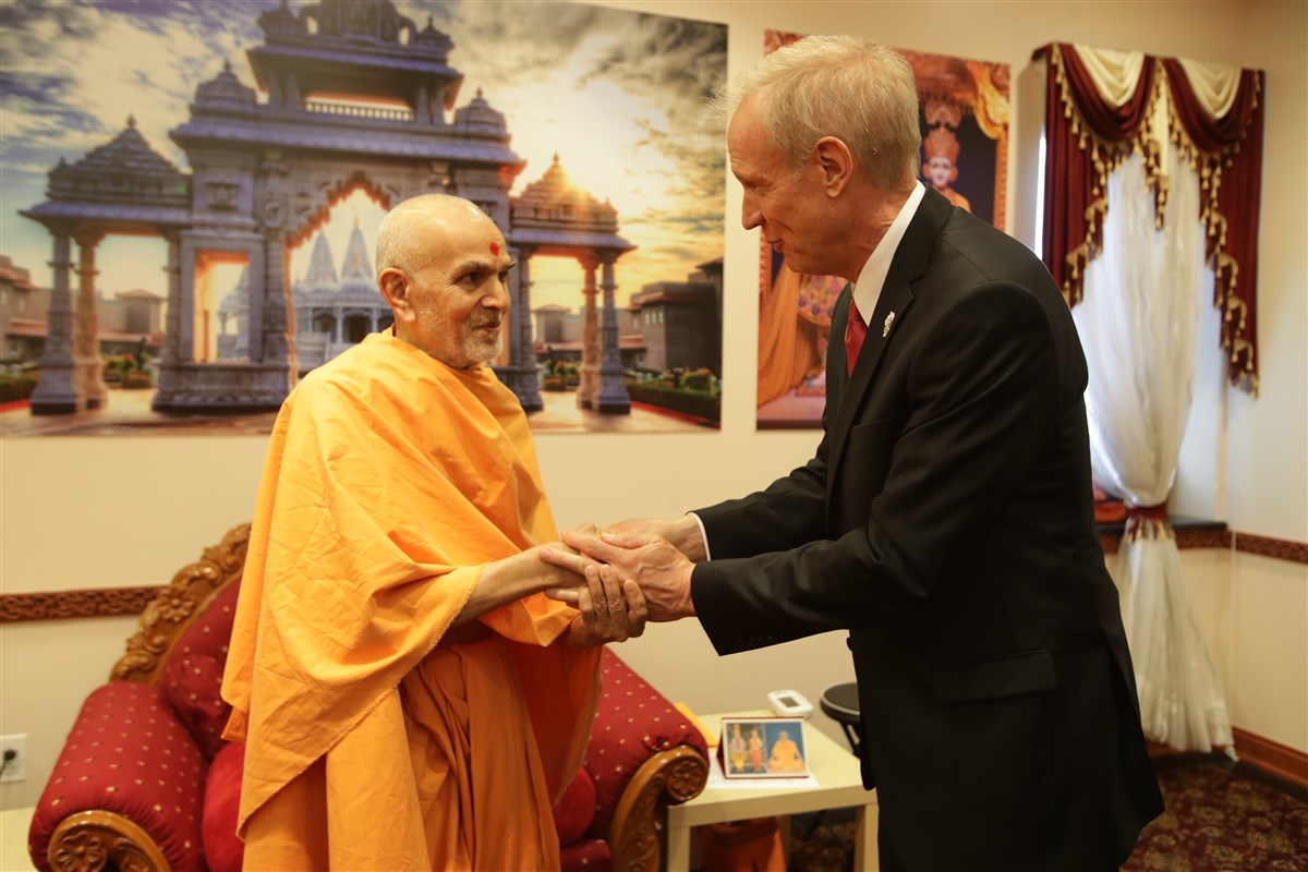 Swamishri blesses Bruce Rauner, Governor of Illinois