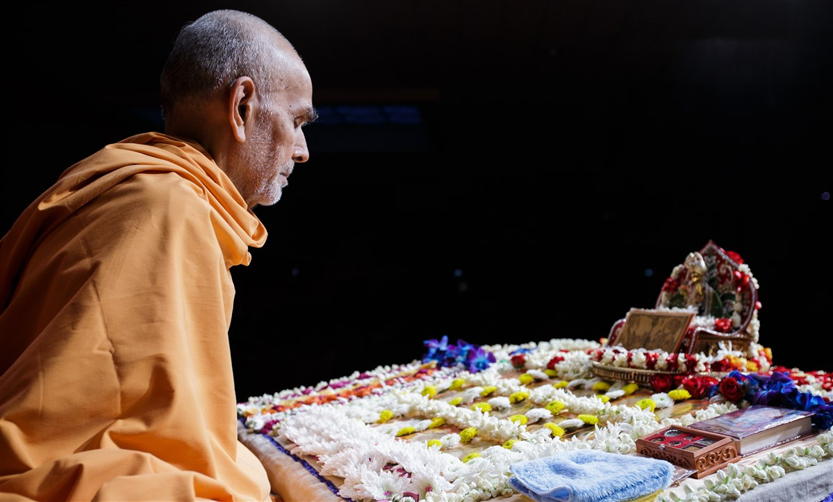 Swamishri meditating during puja