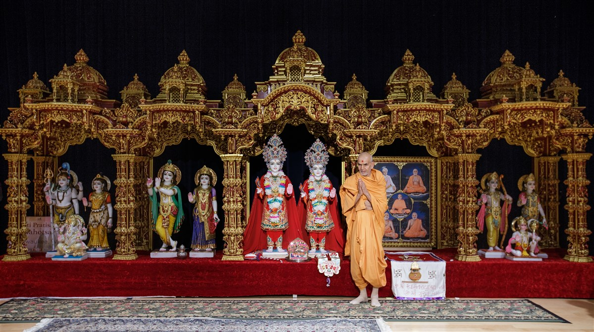 Swamishri sanctifies a new sinhasan for BAPS Shri Swaminarayan Mandir, Milwaukee