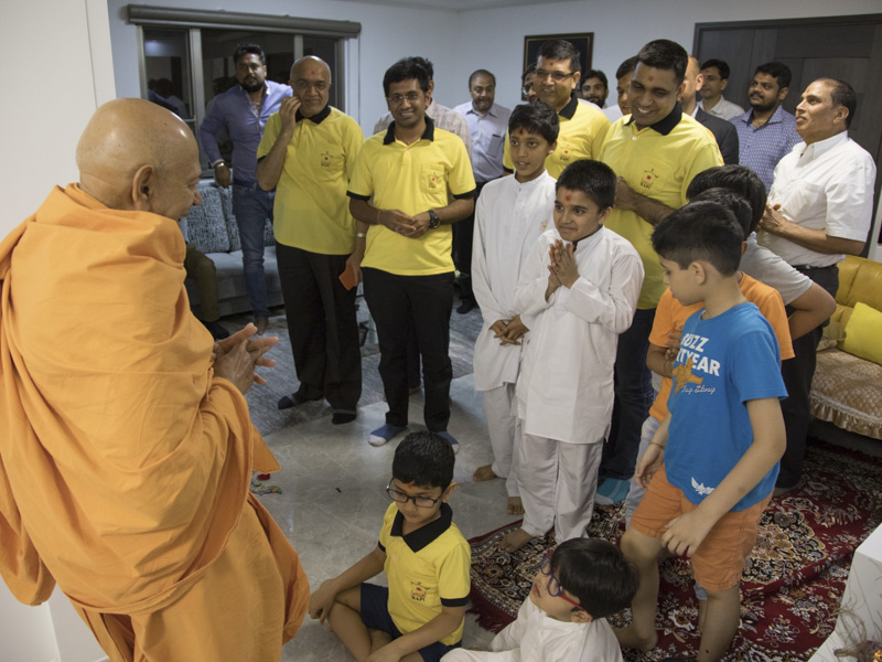 Children and devotees welcome Pujya Tyagvallabh Swami