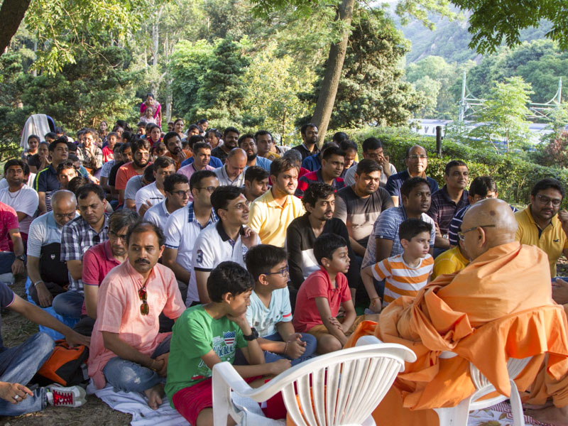 Devotees during the daabra utsav assembly