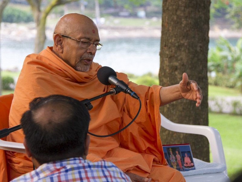 Pujya Tyagvallabh Swami delivers a discourse in the daabra utsav assembly