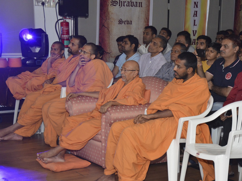 Pujya Tyagvallabh Swami, sadhus and devotees during the assembly