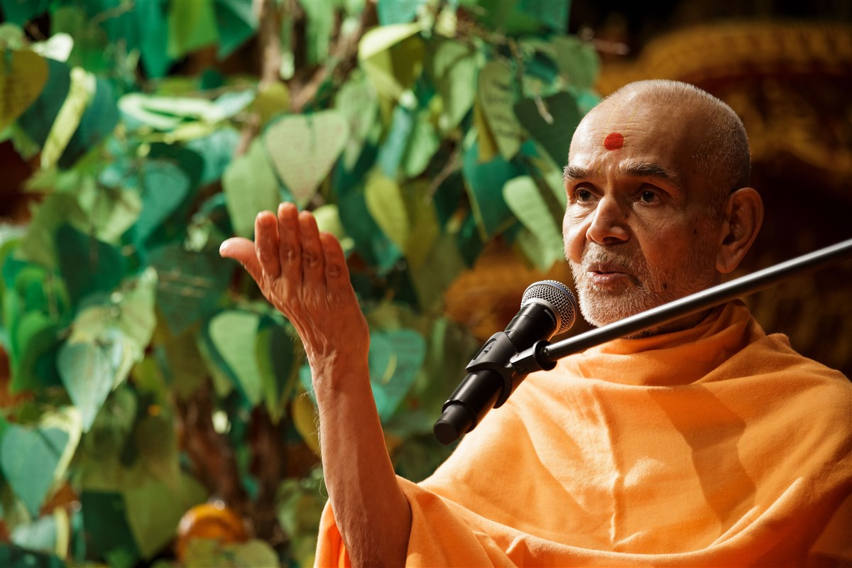 Swamishri addresses the assembly, 18 July 2017